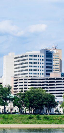 Foto, das ein Bürogebäude zeigt